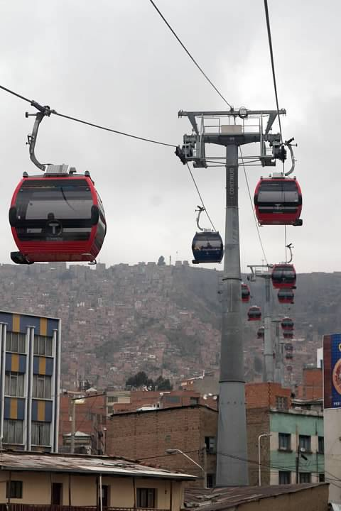 Mi Teleférico's red line connects the area northwest of downtown La Paz with the heights of El Alto